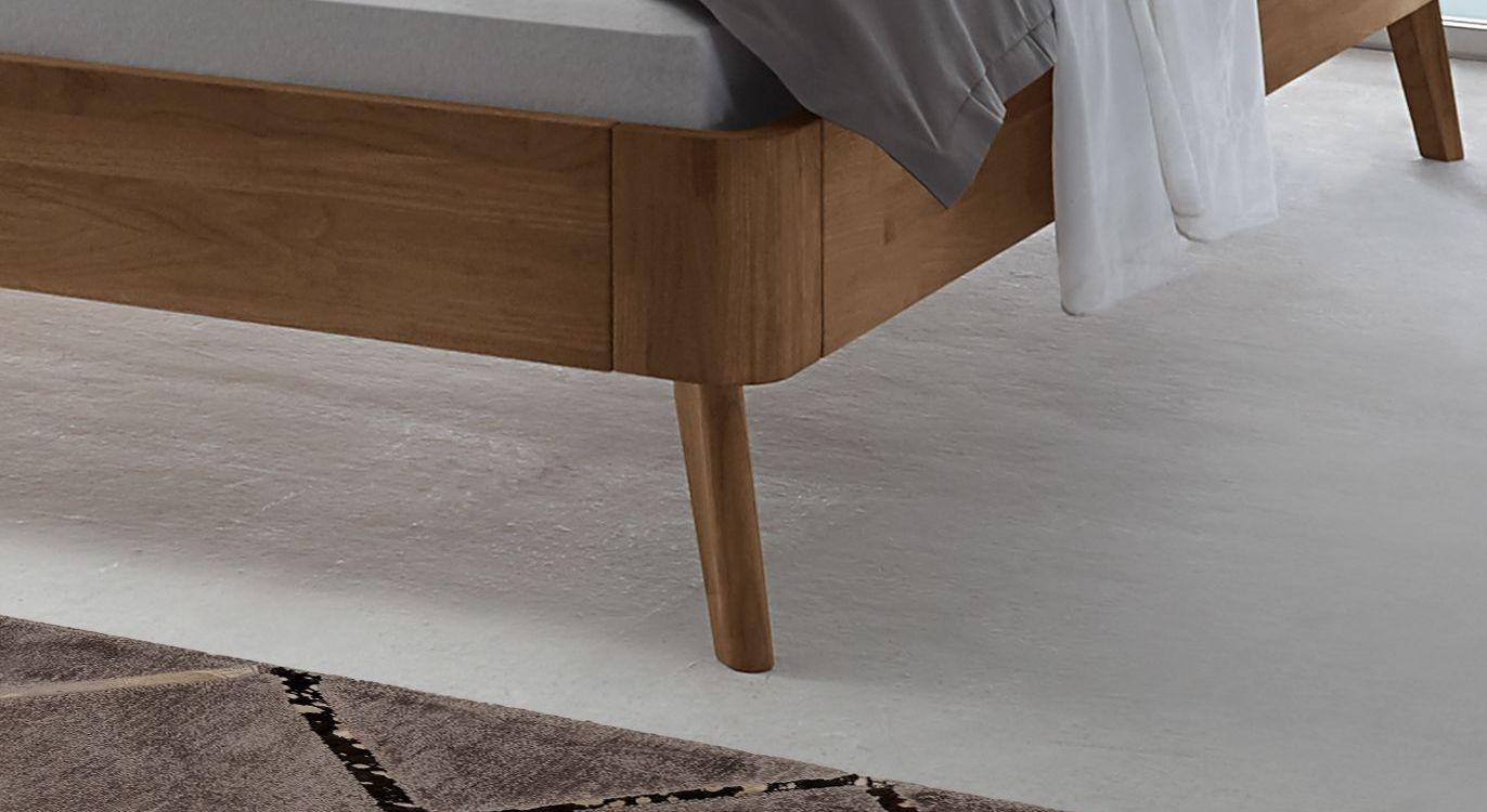 Bett Parkano mit leicht ausgestellten Füßen
