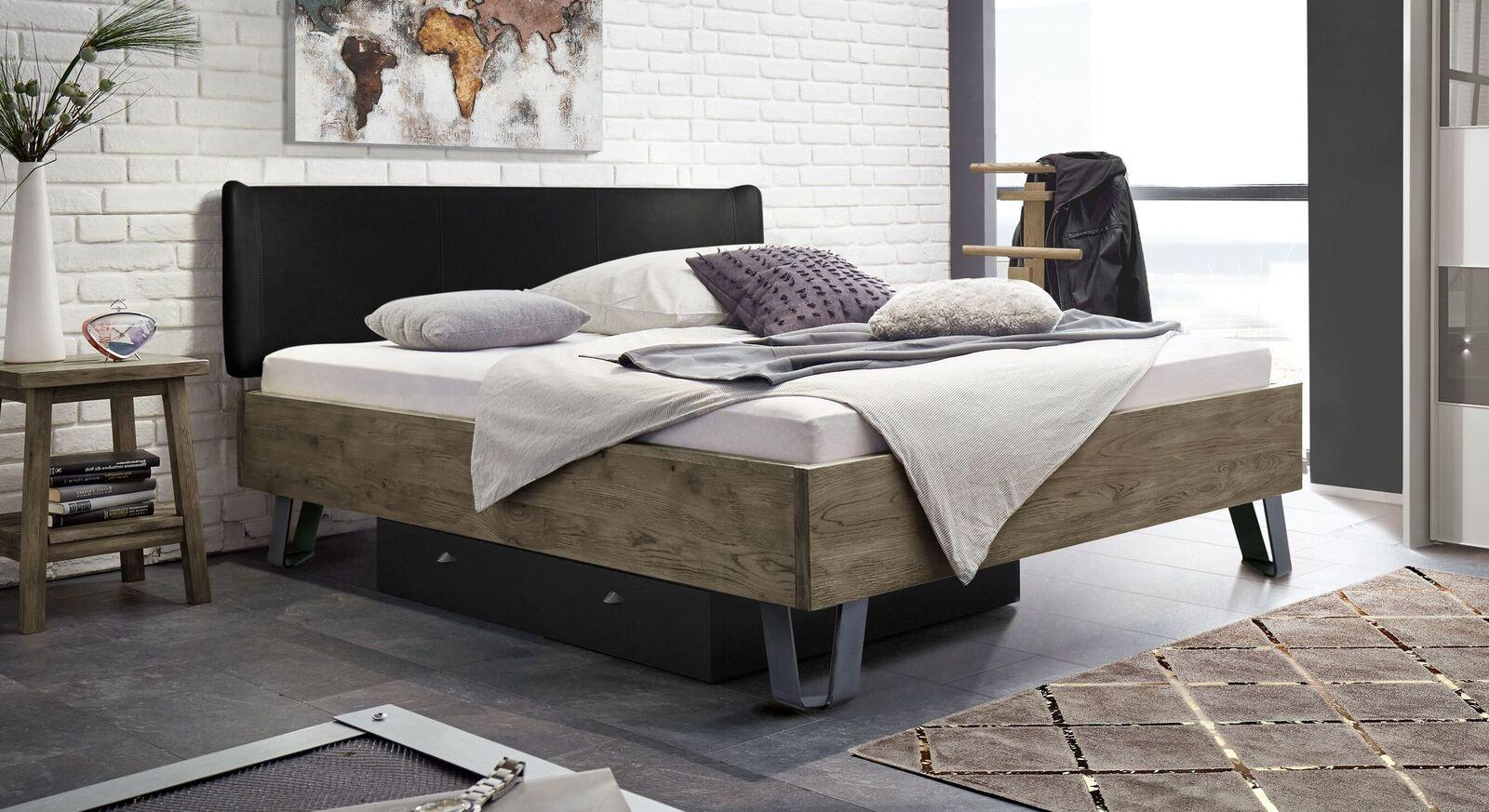 Terrabraunes Bett Passo mit schwarzem Kopfteil