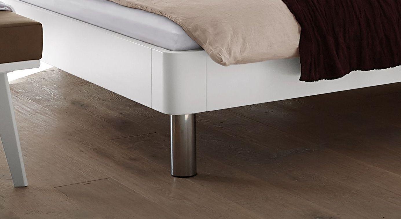 Bett Perama mit verchromten Metallfüßen