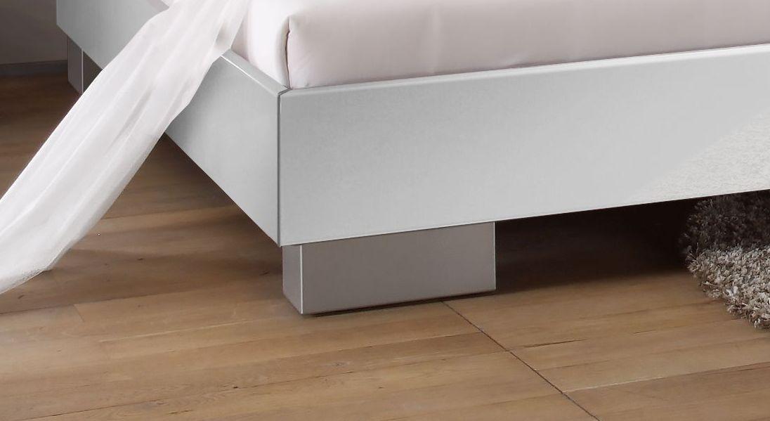 Bett Piceno mit gebürsteten Edelstahlfüßen