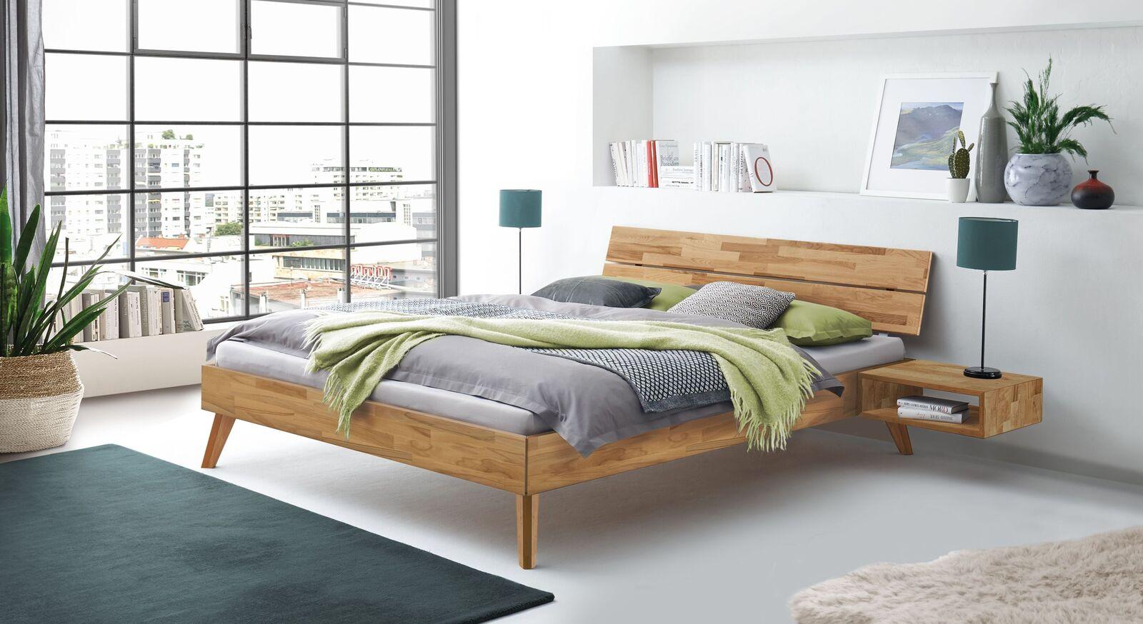 Bett Pikosa mit passendem Nachttisch