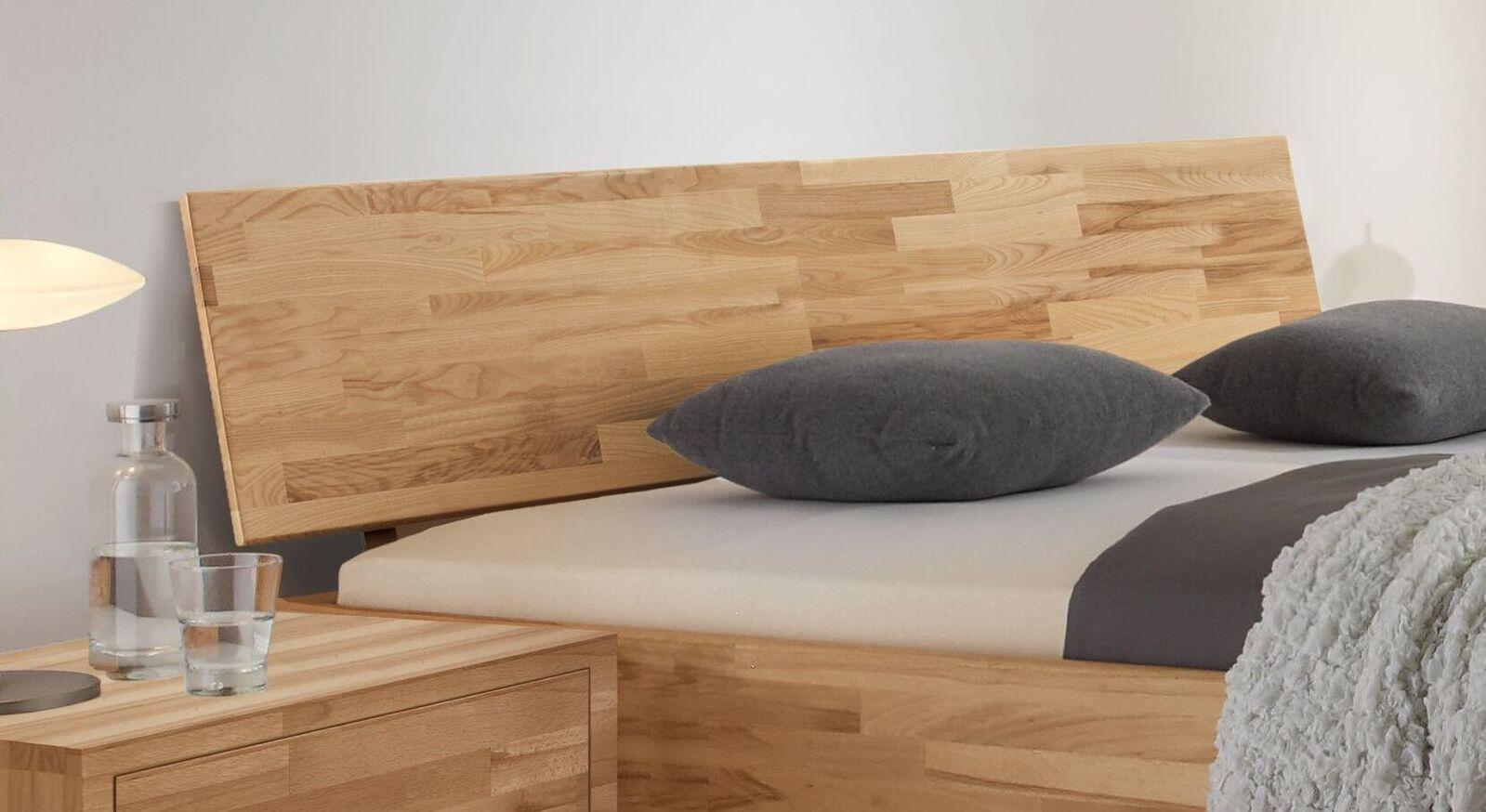 Bett Pimona mit geneigtem Holzkopfteil