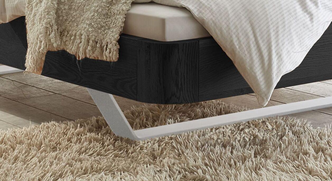Bett Poncas mit weißen Metallkufen