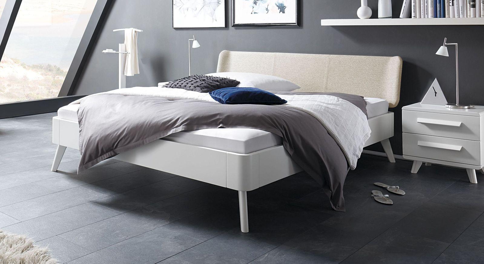 Wei es buchenbett mit kopfteil in fischgr t velours pori for Moderne einzelbetten