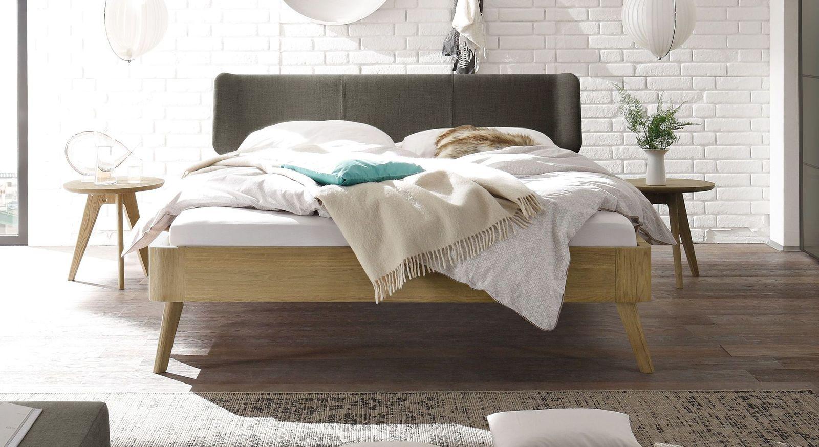 Bett Rakaia mit 25 cm Fußhöhe und braunem Kopfteil