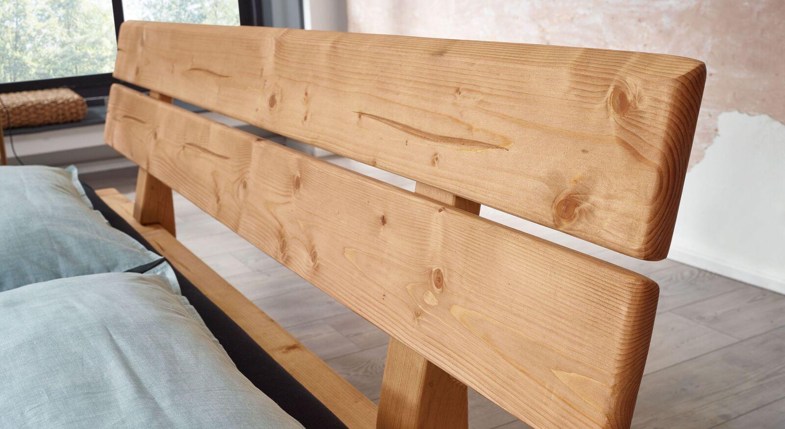Bett Randers mit Holz-Fräsungen im Kopfteil