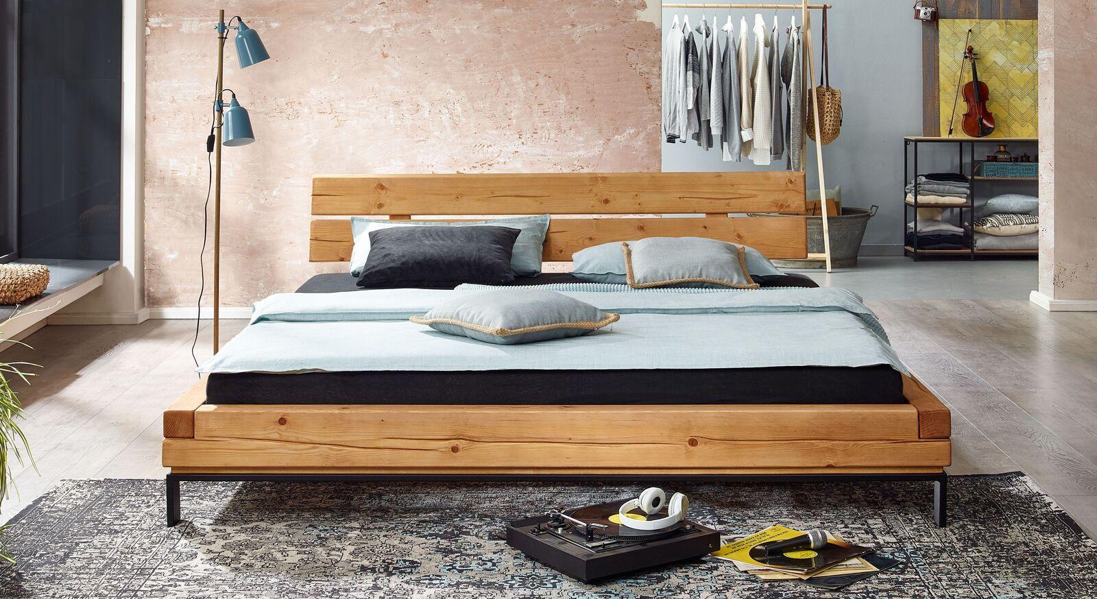 Bett Randers aus robustem Massivholz