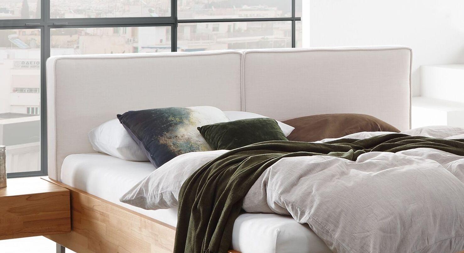 Bett Rebus mit zweigeteiltem Kopfteilpolster