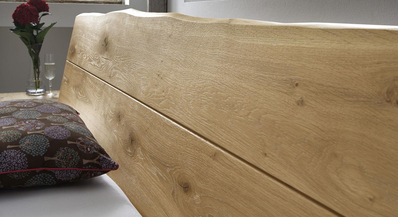 Robustes Bett mit geöltem Wildeichenkopfteil