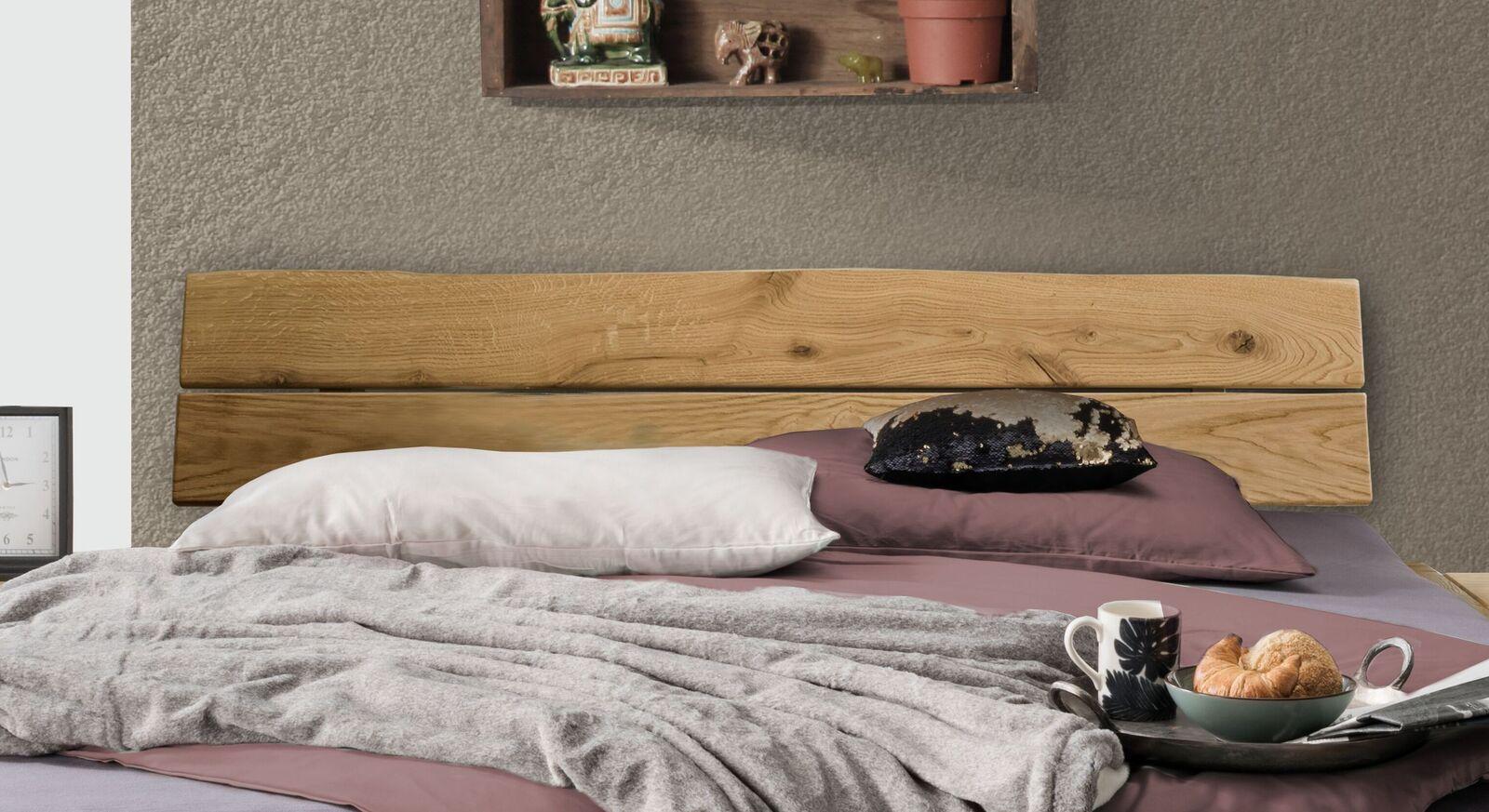 Bett Runes Kopfteil mit natürlicher Baumkante