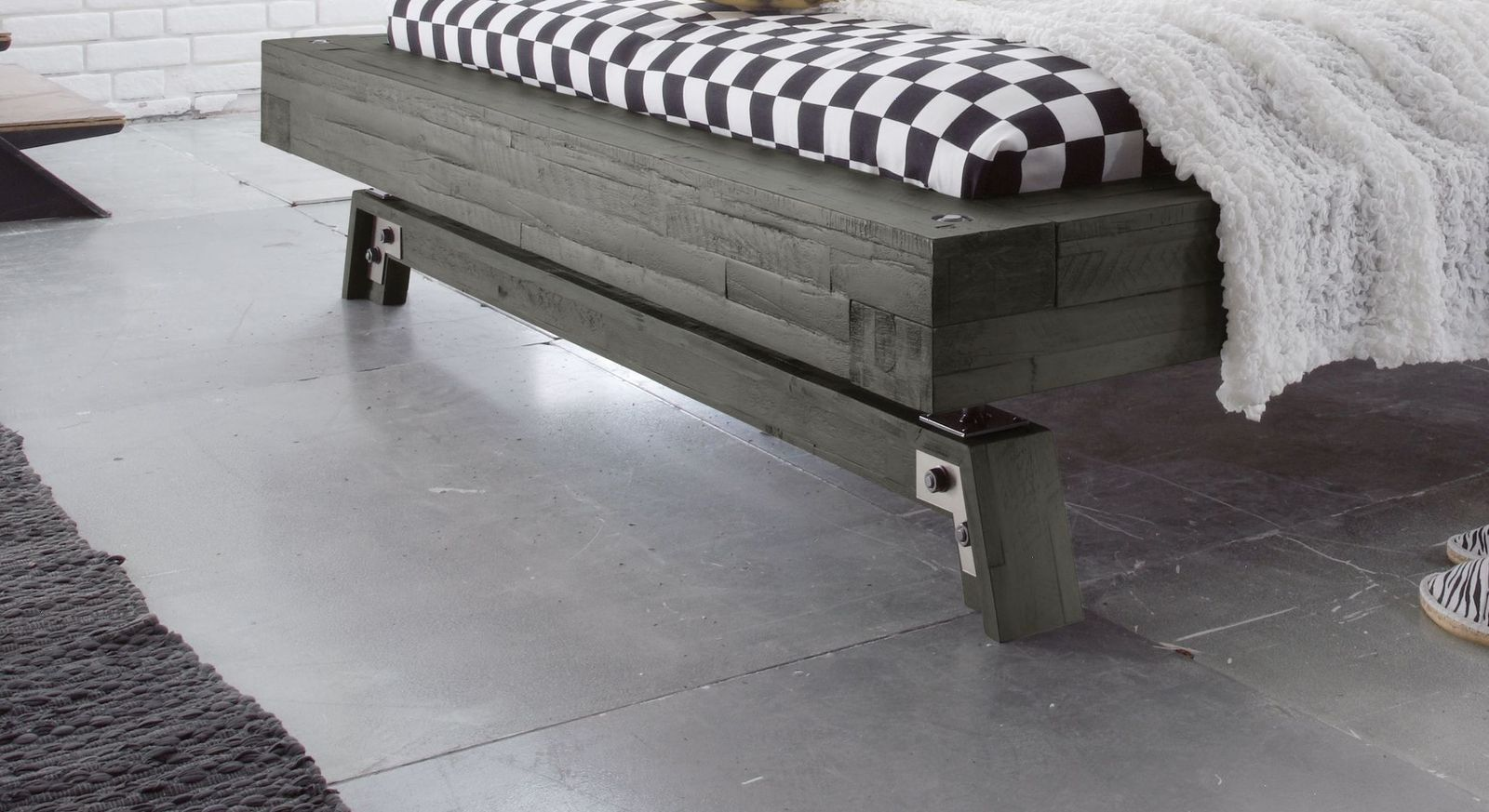 Design-Bett Salo mit rustikalem Fußteil
