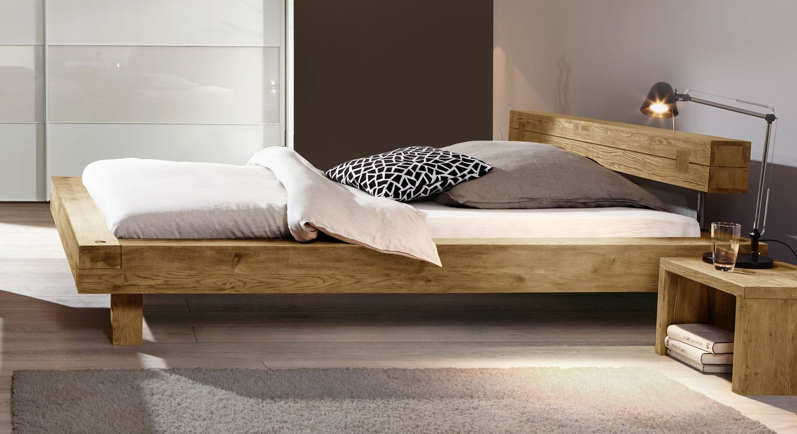 Bett San Luis mit breitem Massivholz-Rahmen