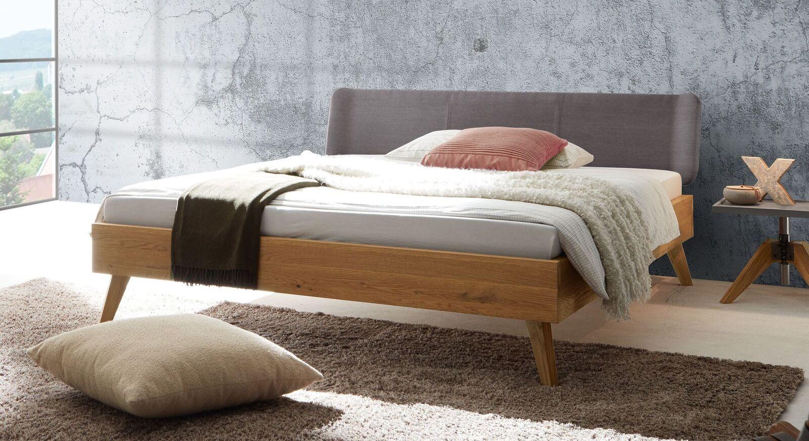 Bett Sandel mit robustem Wildeichenholz-Rahmen