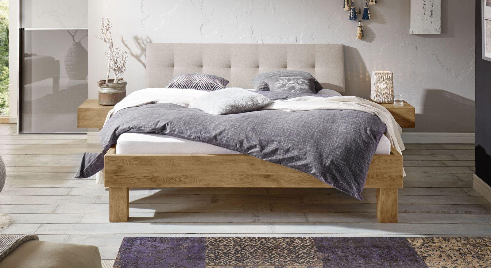 Wildeiche-Bett massiv mit gepolstertem Kopfteil - Santa Luiza