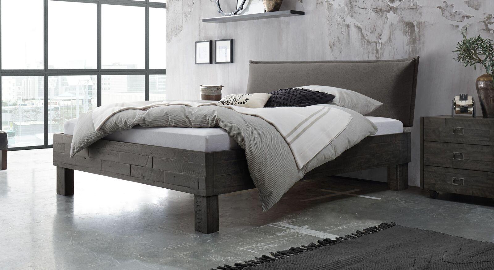 Bett Solidea aus Akazienholz mit dunkelgrauem Kopfteil