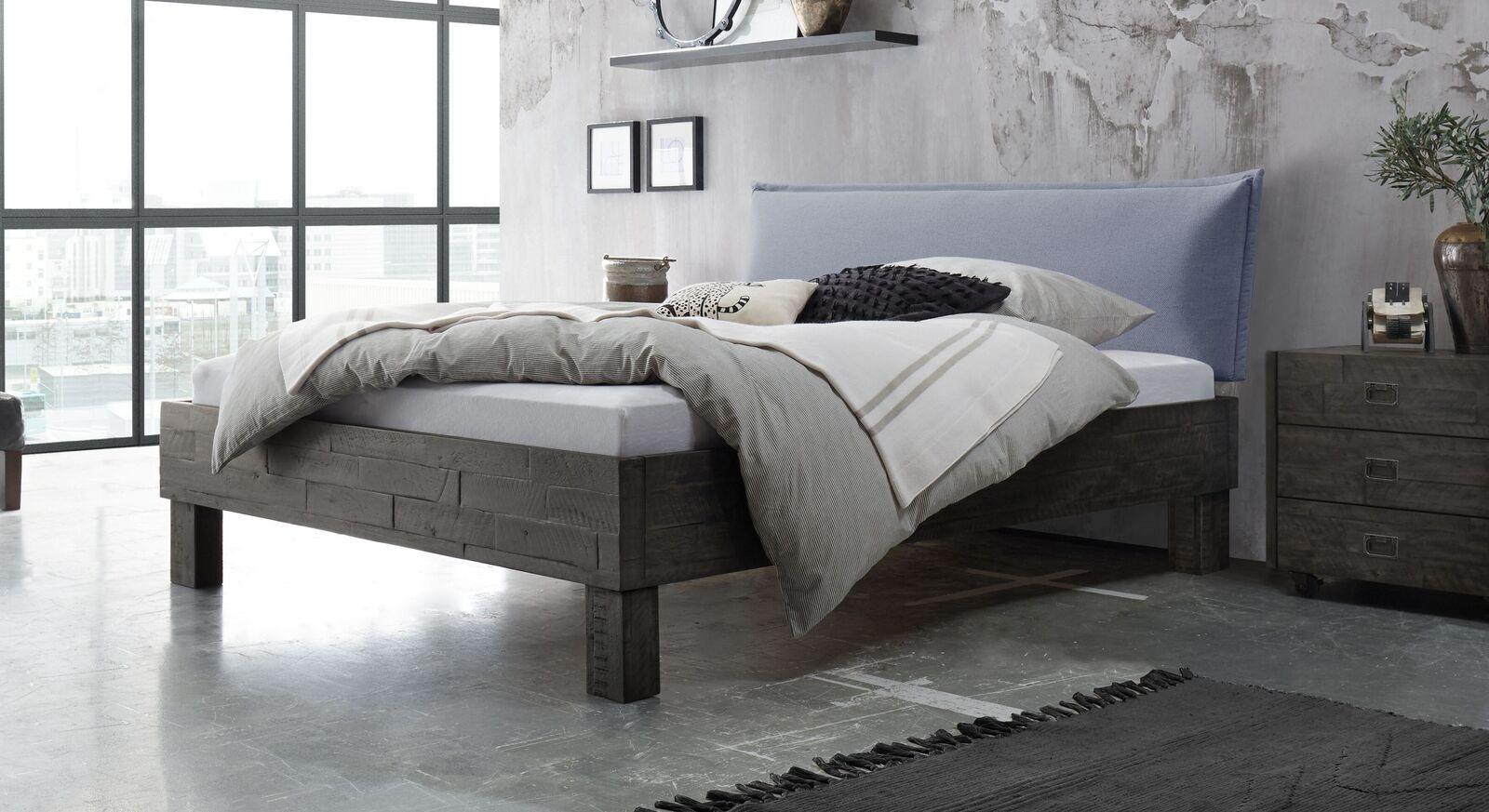 Bett Solidea aus Akazienholz mit hellblauem Kopfteil