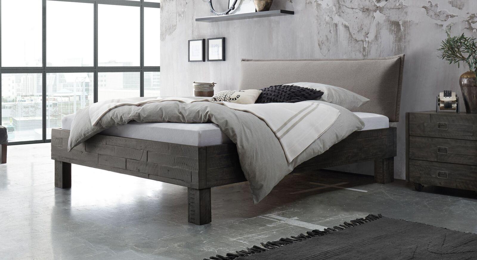 Bett Solidea aus Akazienholz mit hellgrauem Kopfteil