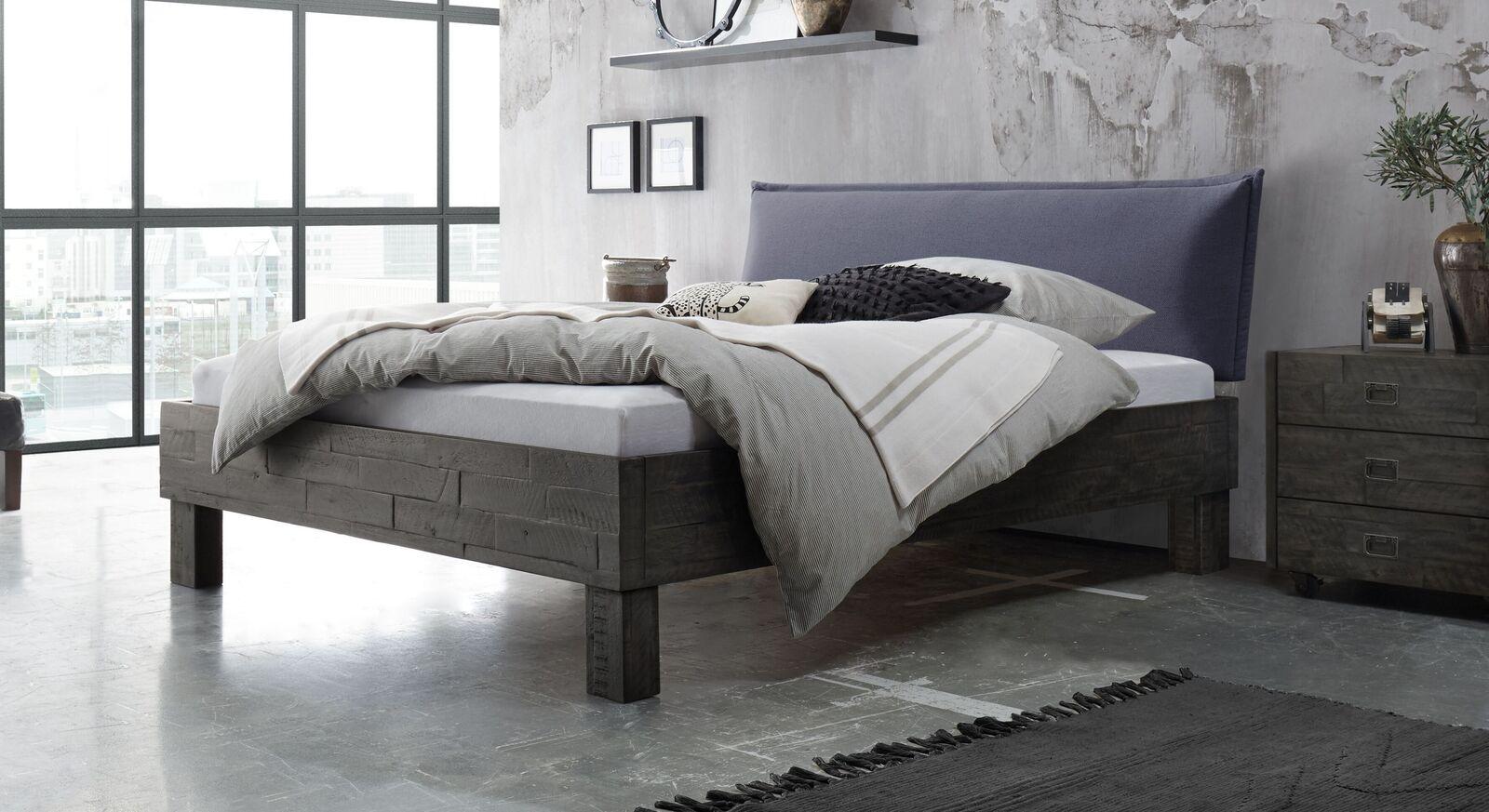 Bett Solidea aus Akazienholz mit jeansfarbenem Kopfteil