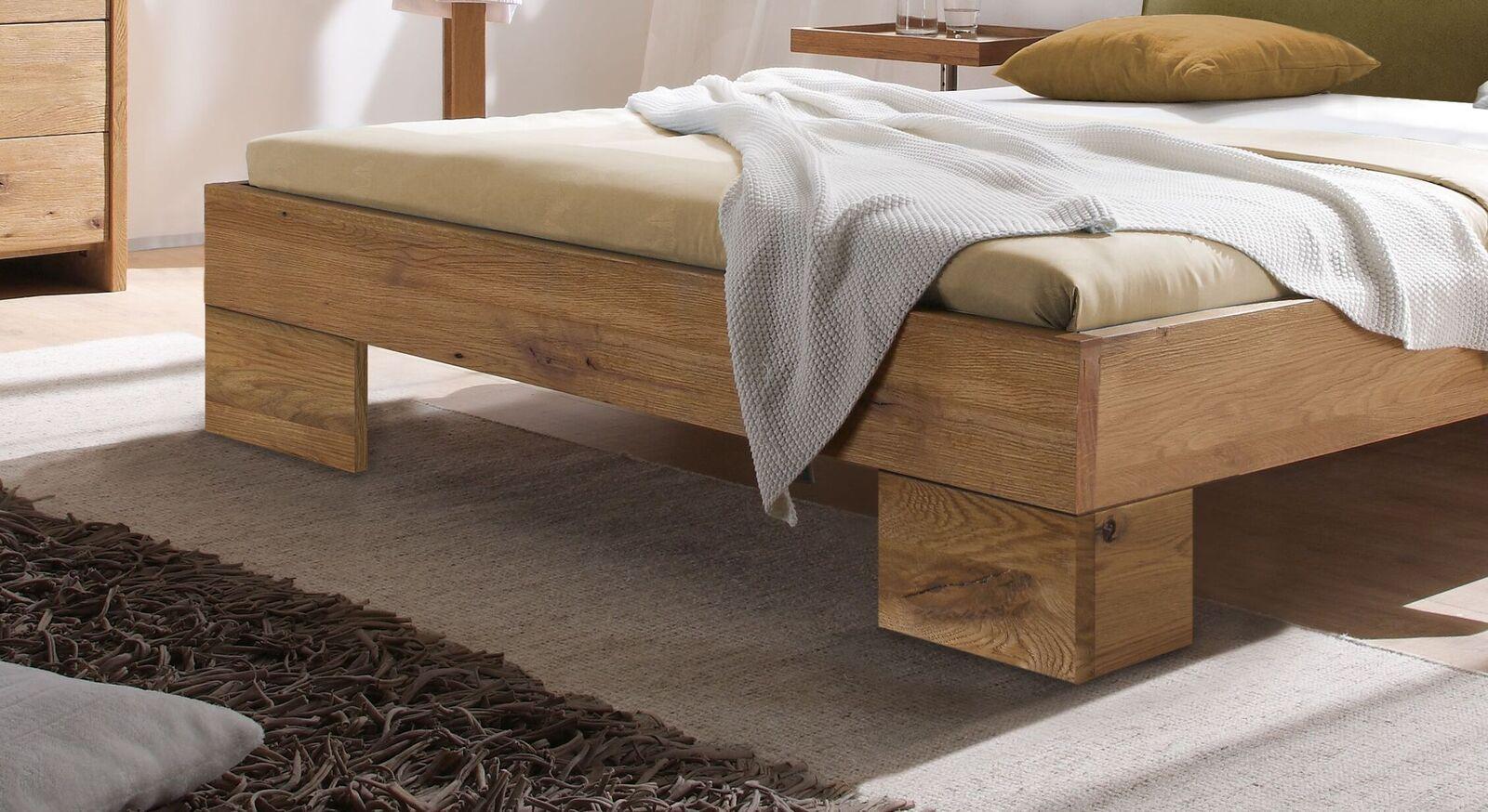 Bett Staffan mit großen Eckfüßen