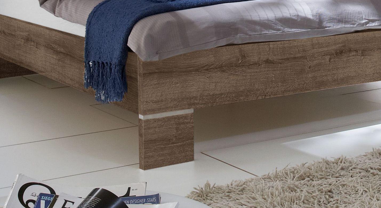 Bett Surano mit Details aus Metall am Fußteil