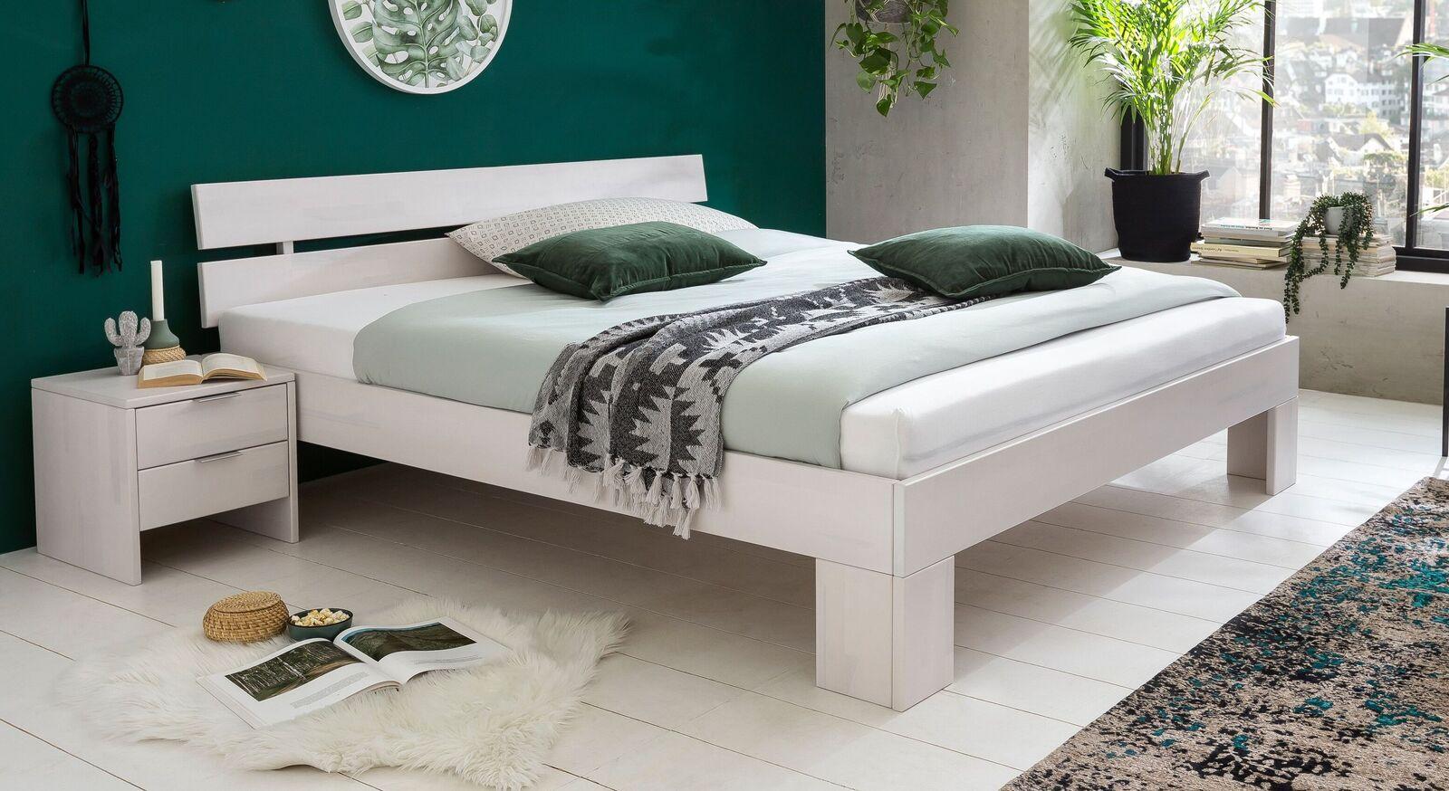 Bett Tanu aus weiß lackiertem Massivholz