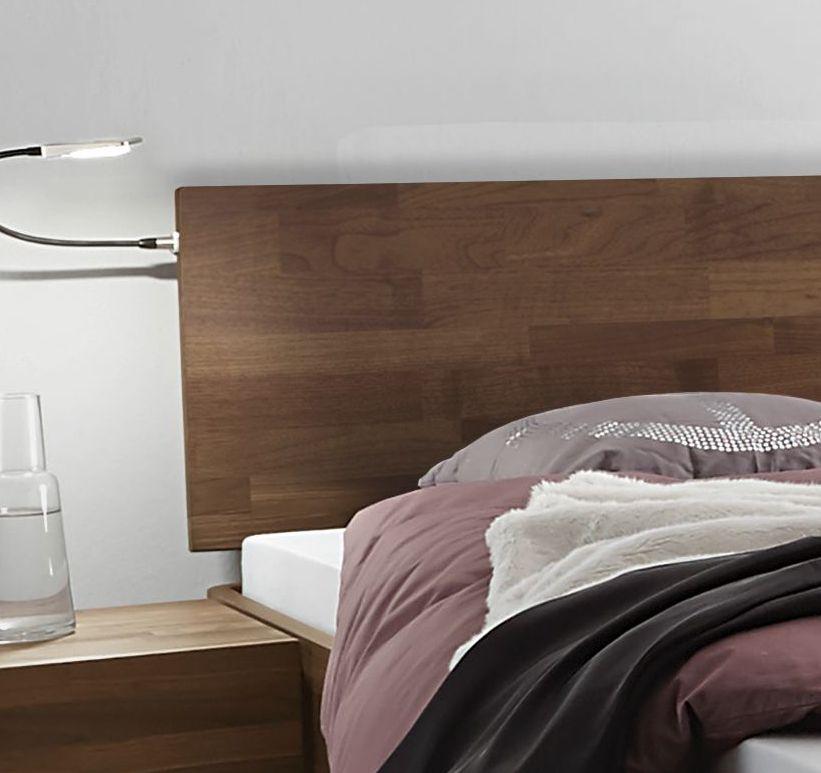 Gut Das Holzkopfteil Ist Mittels Metallstreben Leicht Nach Hinten Geneigt Am  Bettrahmen Montiert.