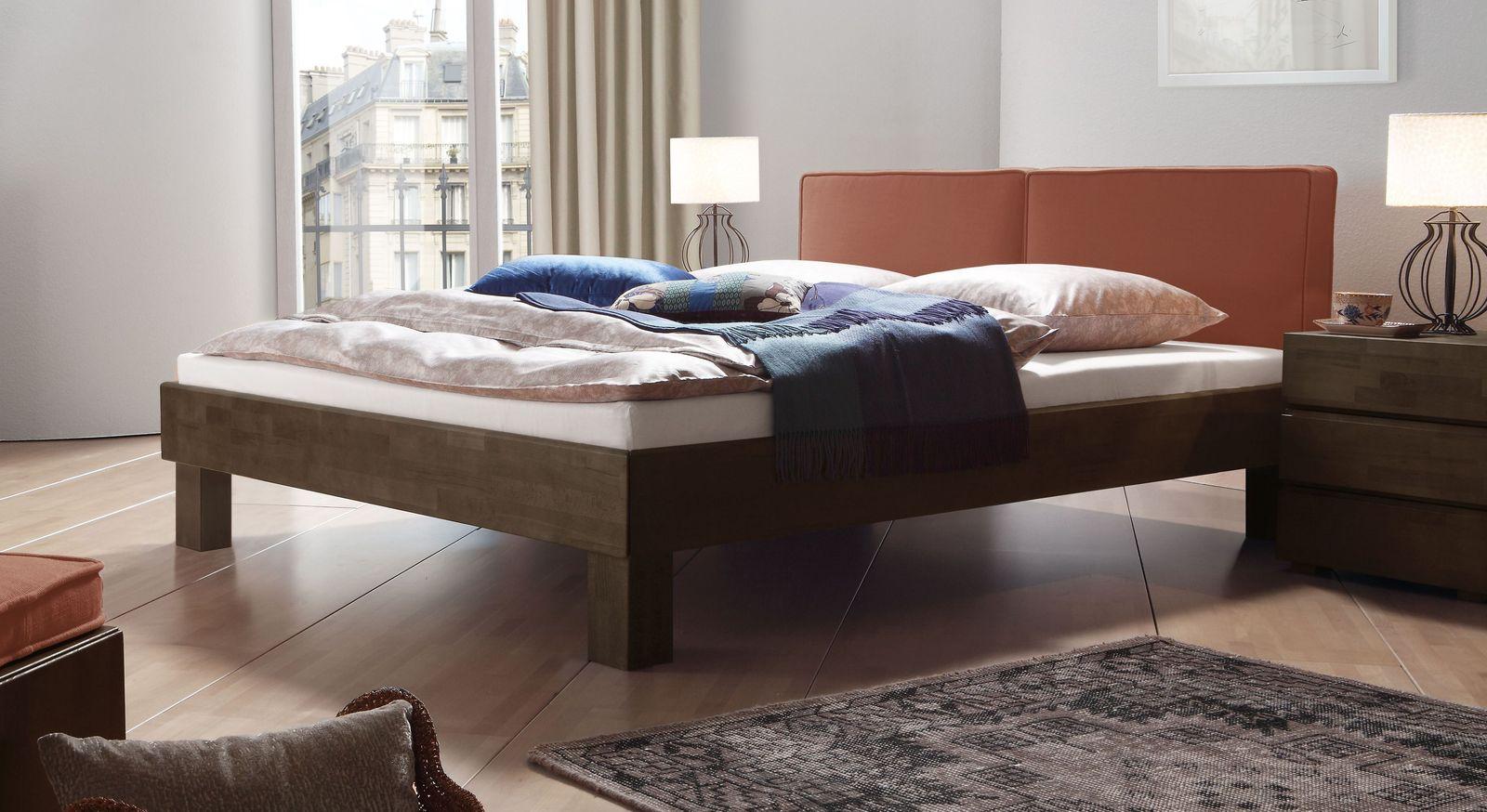 Wengefarbenes Bett Tiago mit rostfarbenem Kopfteil