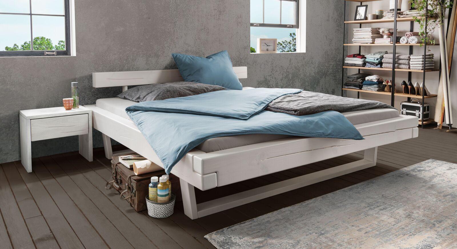 Bett Tiaki aus weiß lasierter Kiefer