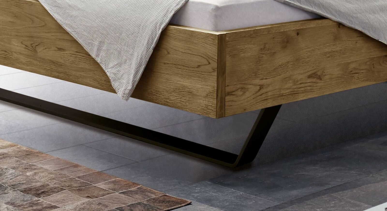 Bett Ticario mit massiven Metallkufen