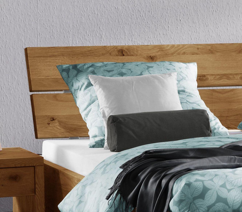 Bett mit schrägem Kopfteil aus rustikaler Wildeiche - Titao | BETTEN.de