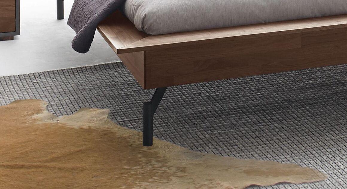 Bett Tolacon mit Holzbettrahmen und Stahlfüßen