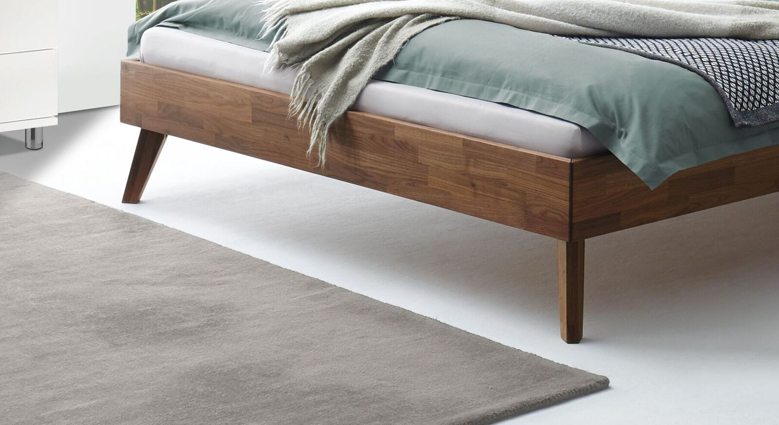 Bett Tomino mit ausgestellten Füßen