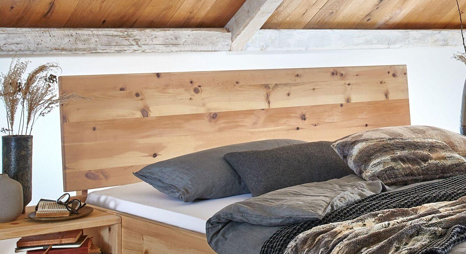 Bett Tosa mit leicht geneigtem Holzkopfteil