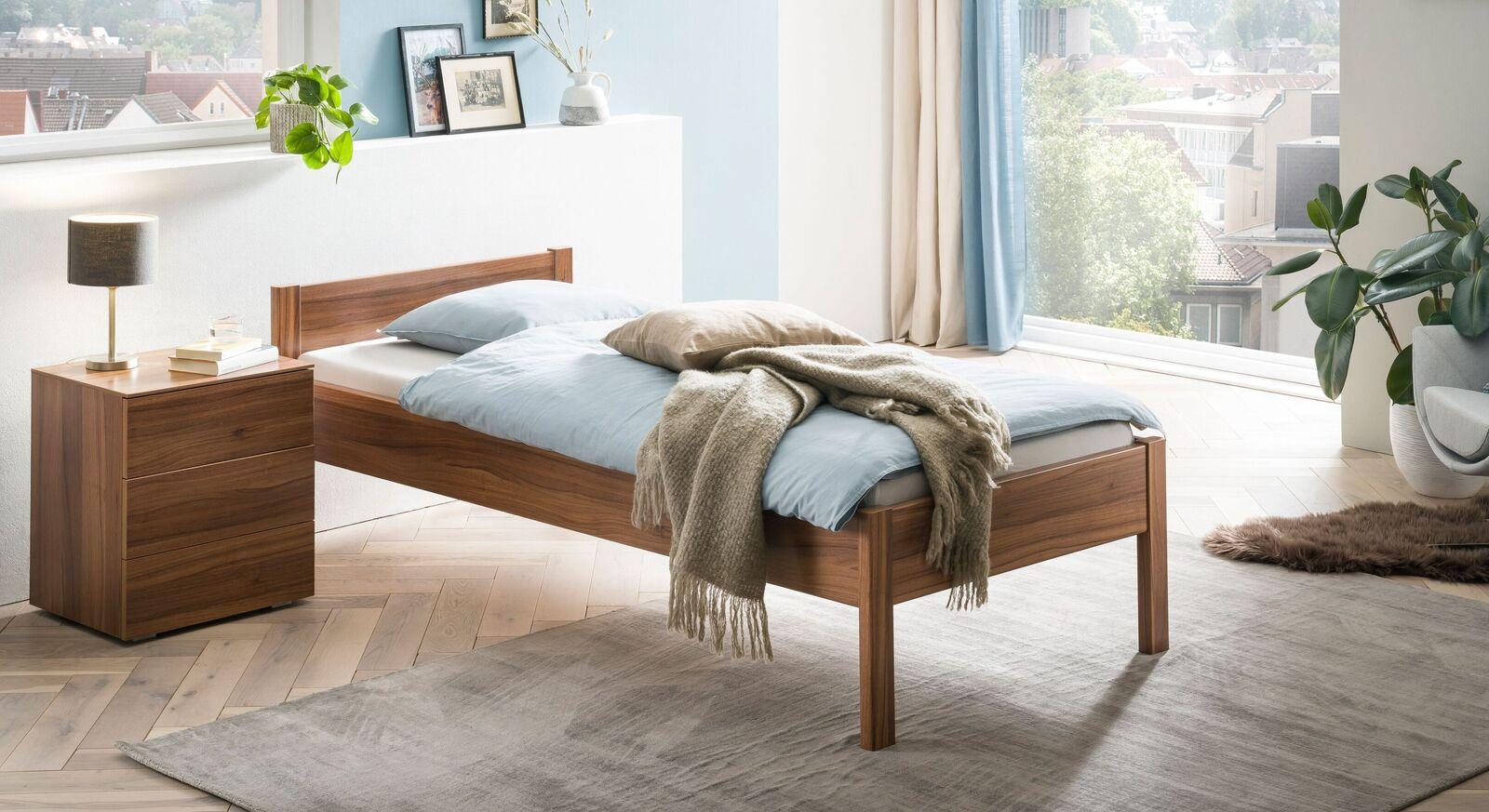 Robustes Bett Trevalli mit passendem Nachttisch