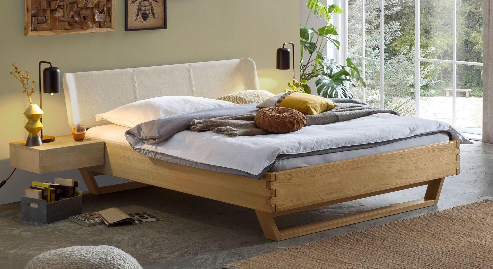 Bett Ubaldo aus Massivholz mit Polster-Kopfteil