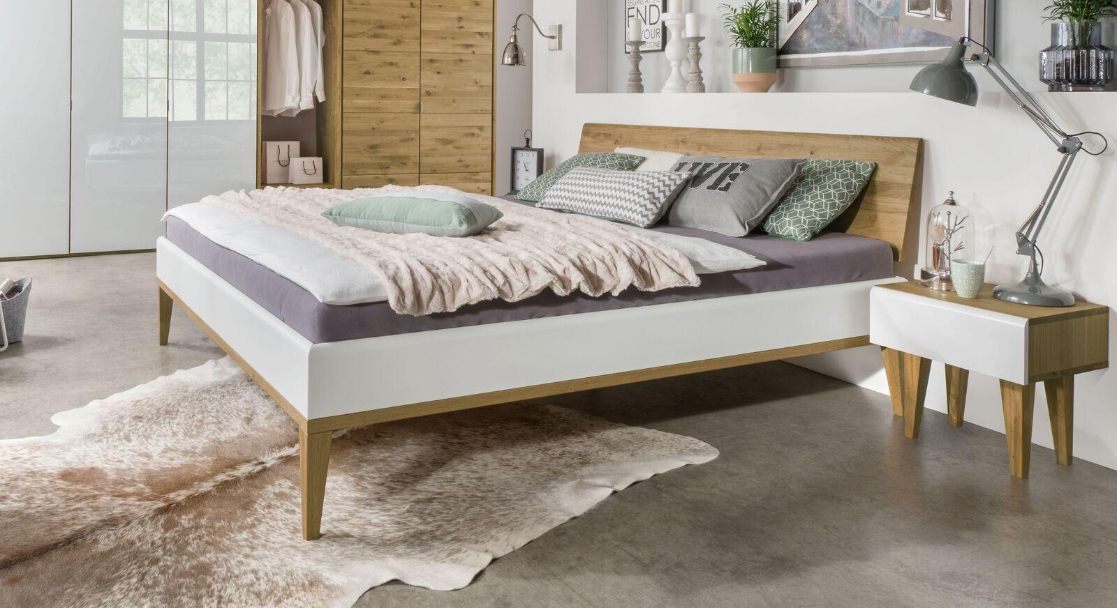 Hochwertiges Bett Vacallo mit geneigtem Kopfteil