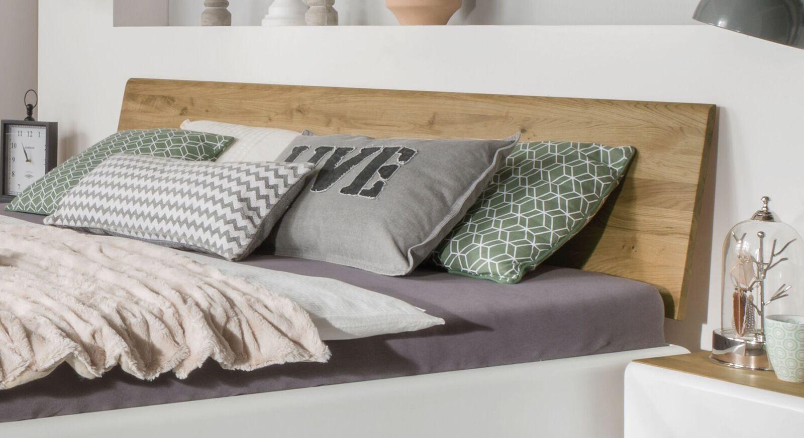 Bett Vacallo aus massivem Wildeichenholz