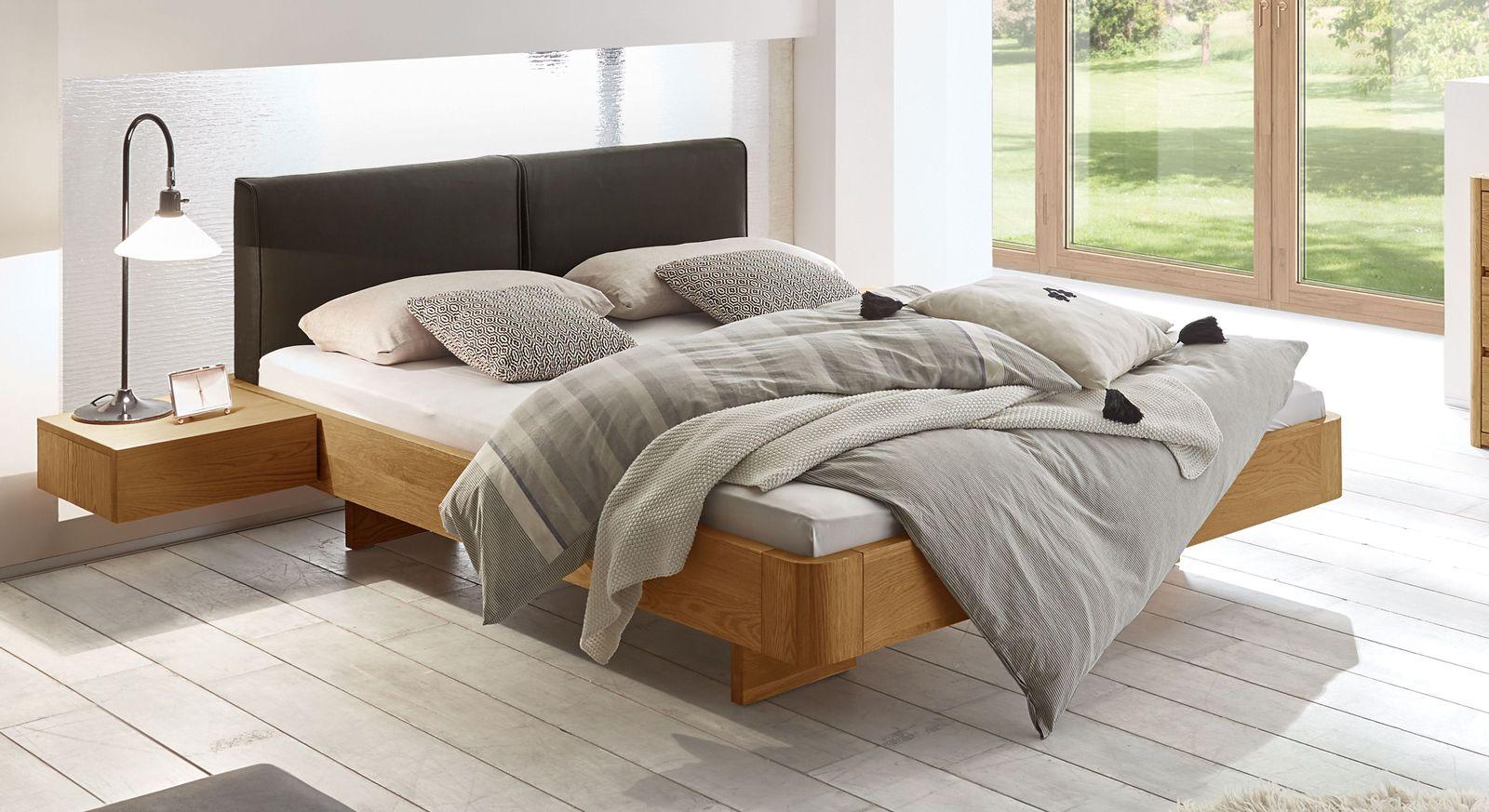 schwebebett eiche massiv mit gepolstertem kopfteil vallenar. Black Bedroom Furniture Sets. Home Design Ideas