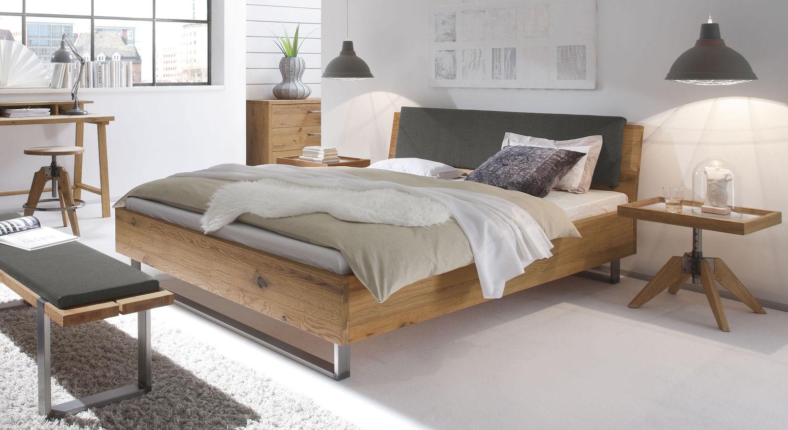 vollholzbett aus wildeiche mit kopfteil und stahlkufen valletta. Black Bedroom Furniture Sets. Home Design Ideas