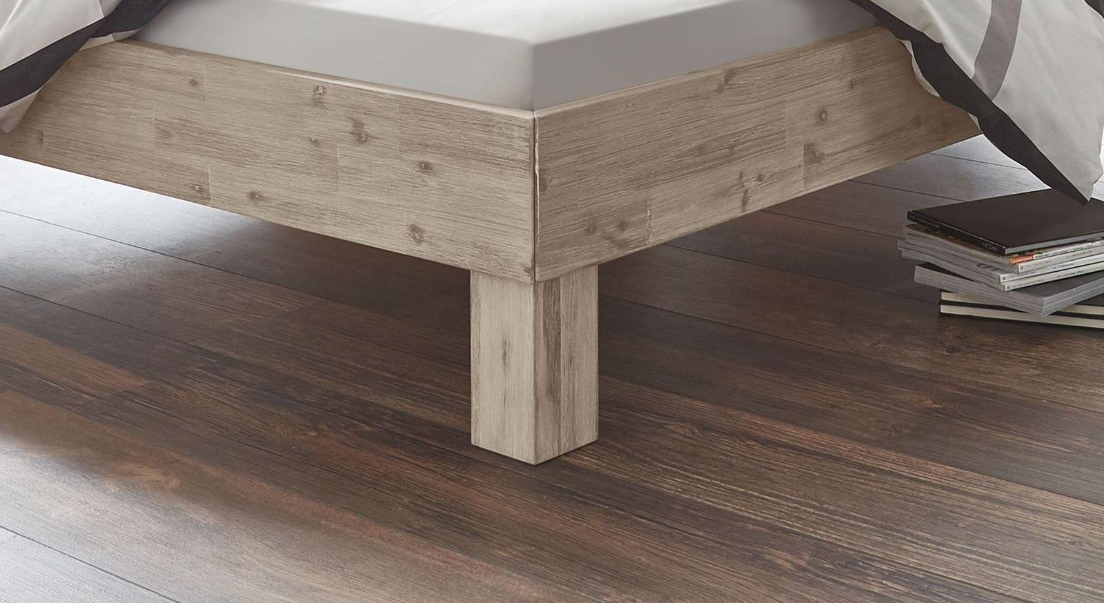 Bett Valtimo mit hohen Bettbeinen aus Massivholz