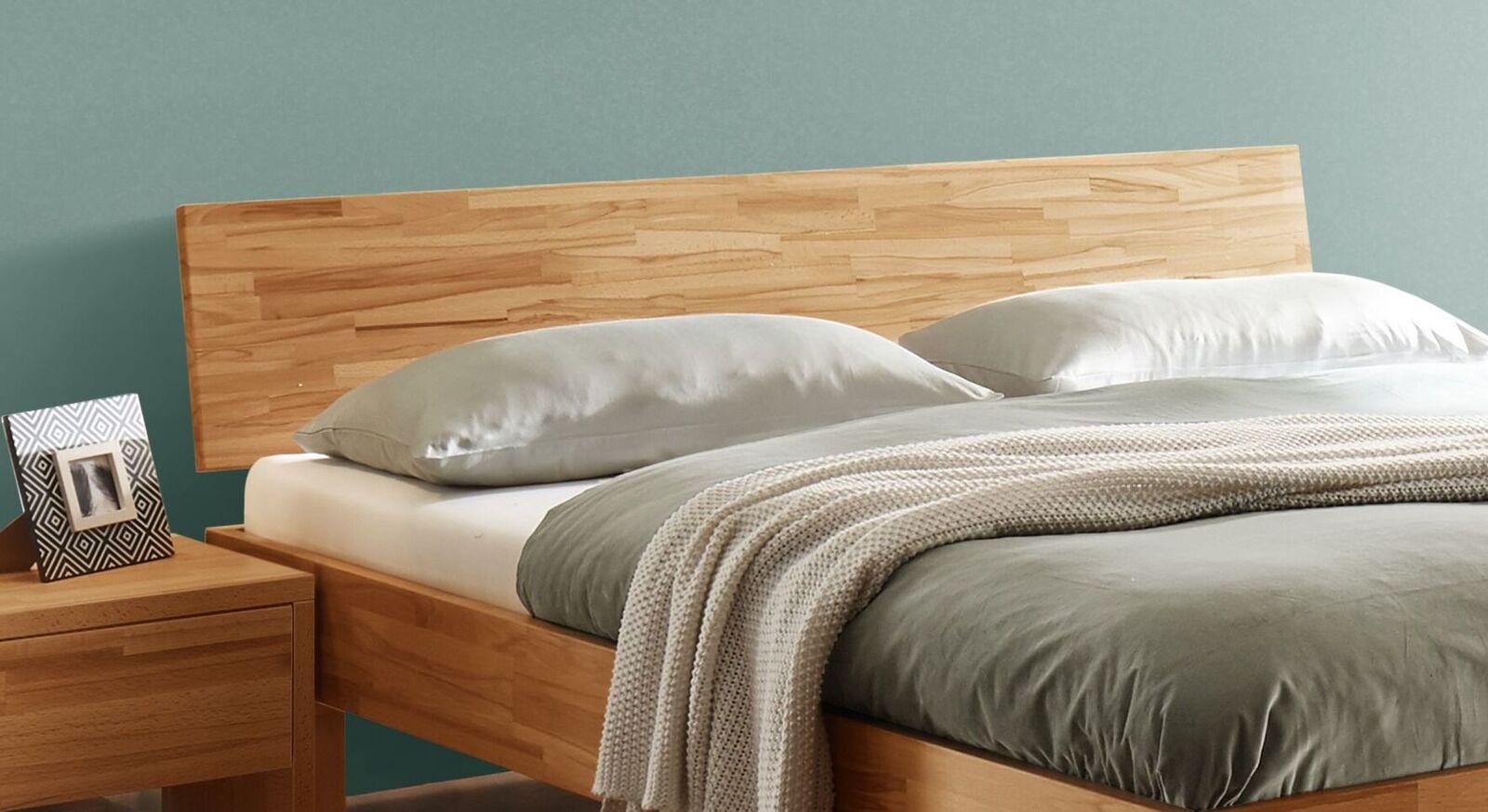 Massives Bett Varion mit geneigtem Kopfteil