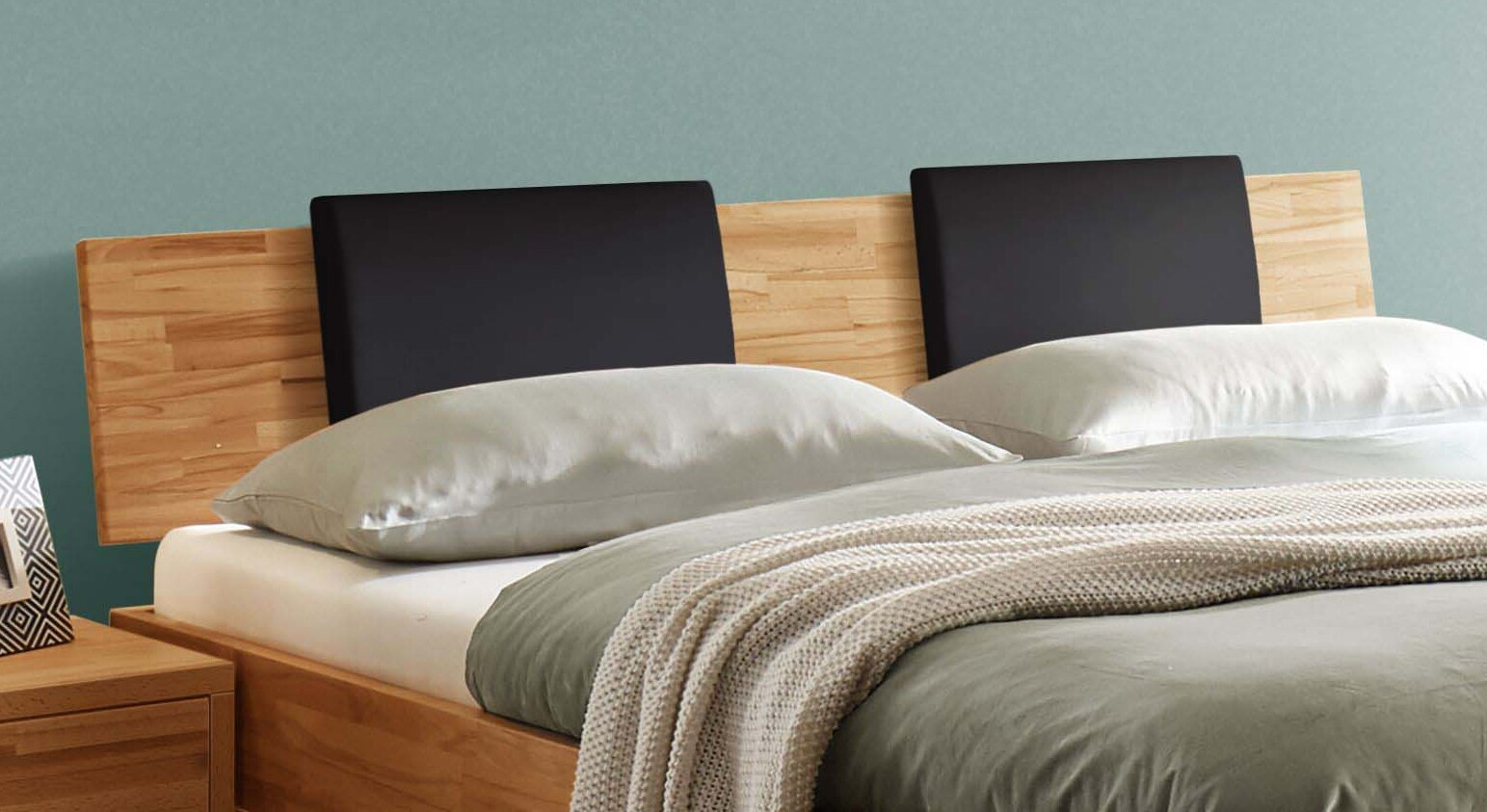 Bett Varion mit schwarzen Kopfteil-Kissen