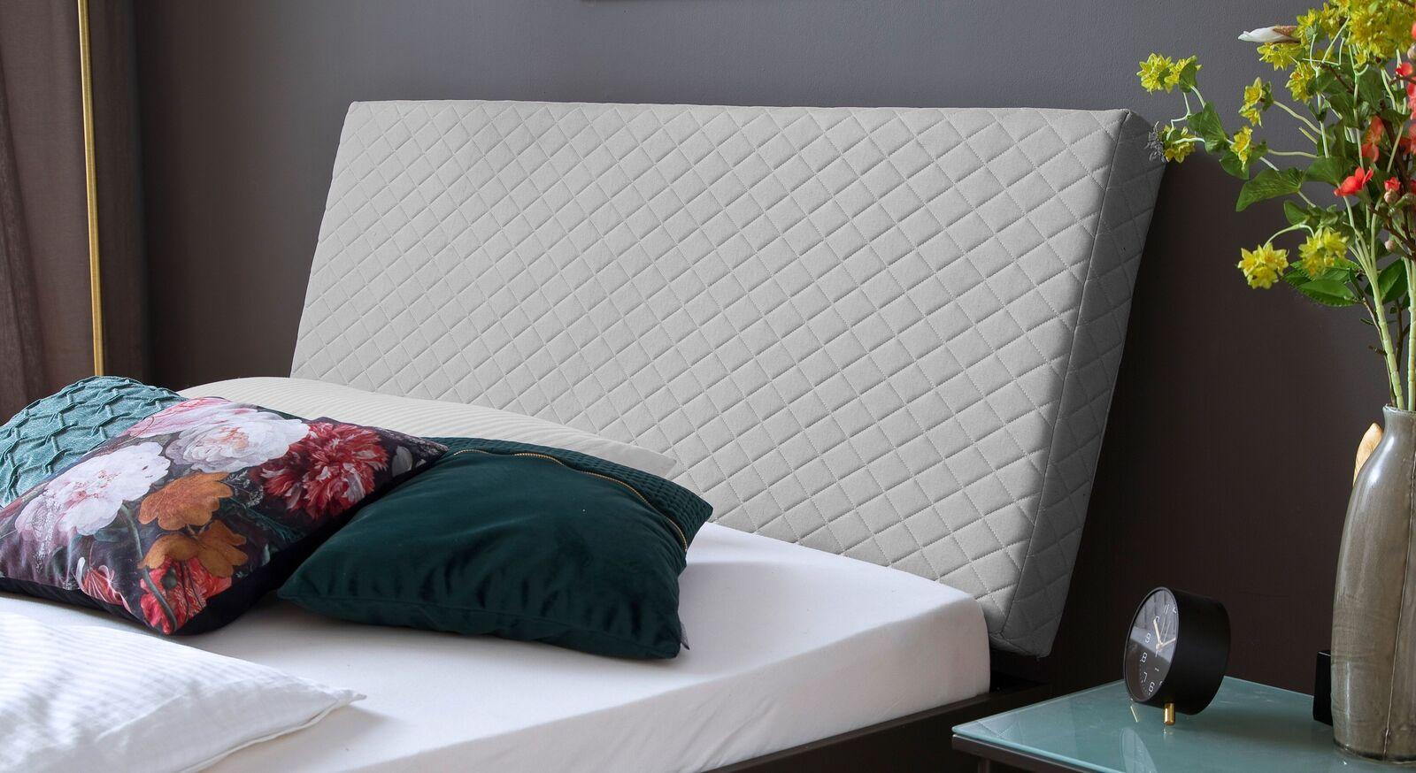 Bett Vegeta mit weichem Polsterkopfteil