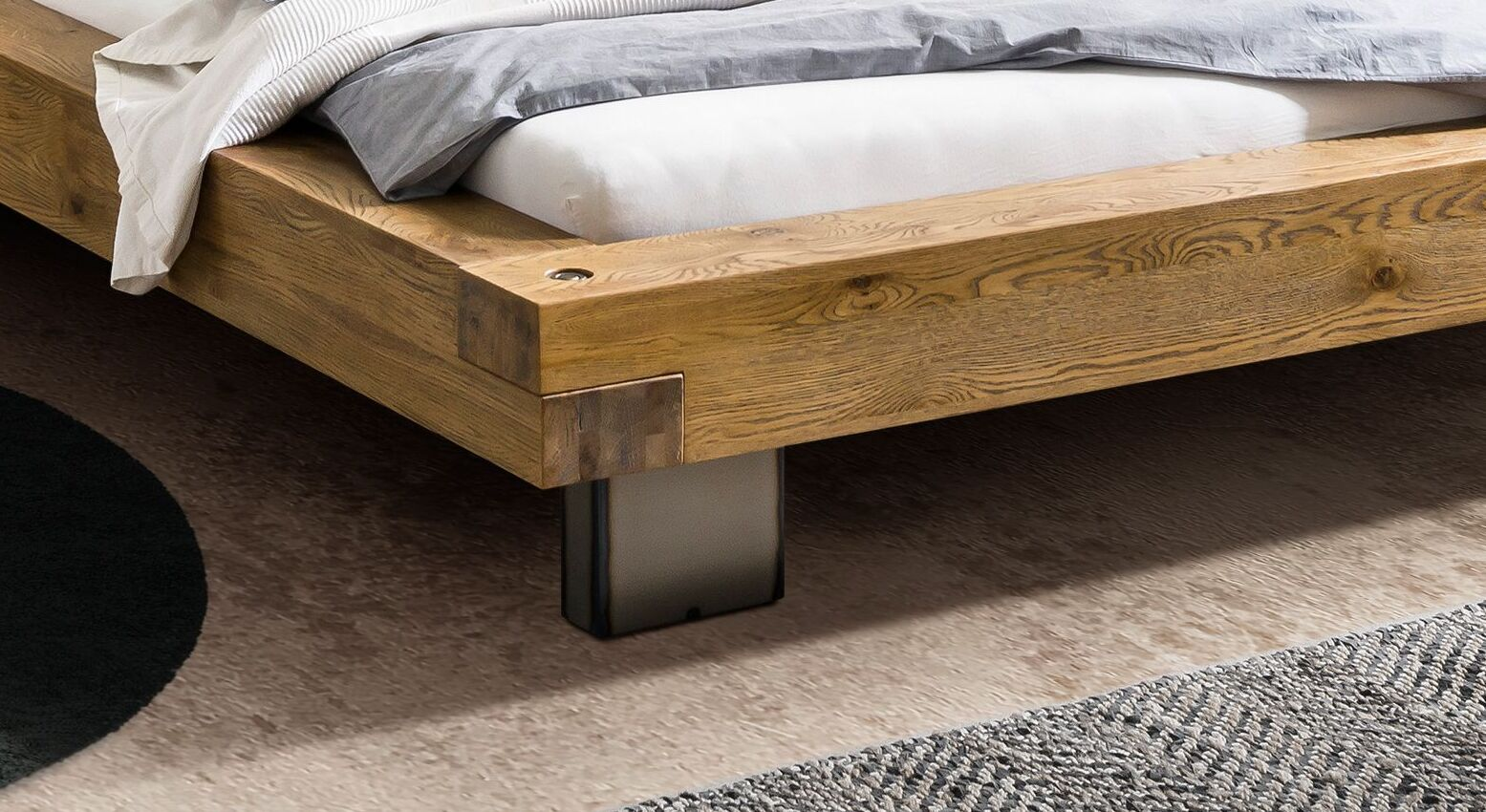 Bett Vilbert mit stabilen Metallfüßen