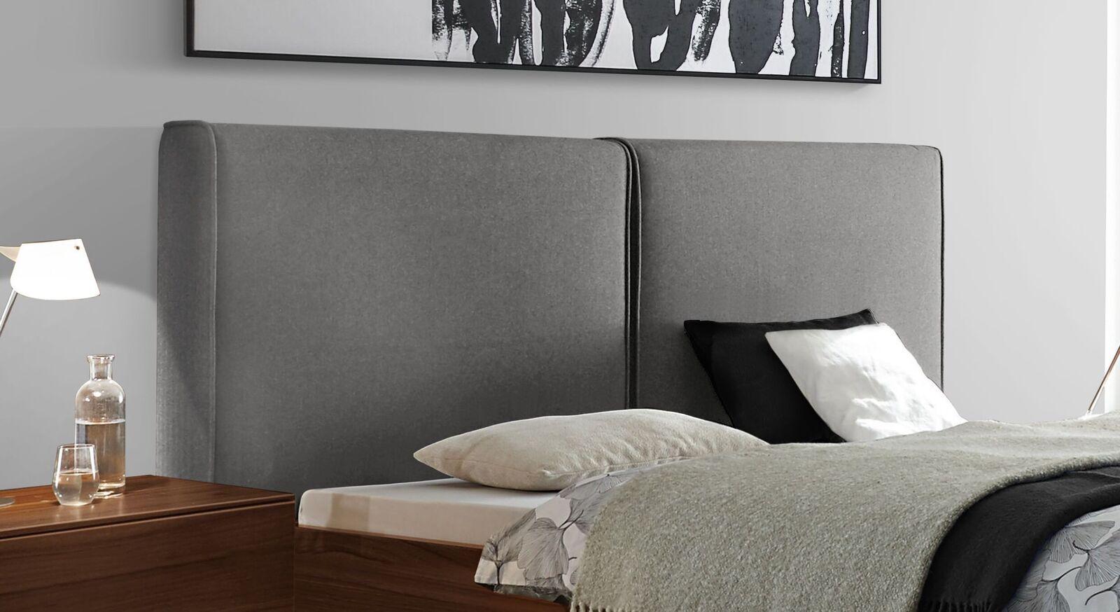 Modernes Bett Vilmars mit zweigeteiltem Wandpaneel