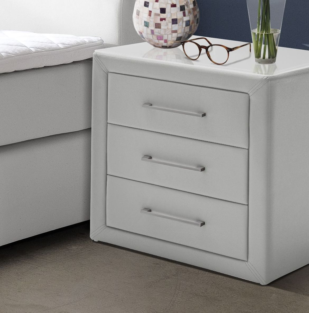 edler boxspring nachttisch mit bezug aus kunstleder rimori. Black Bedroom Furniture Sets. Home Design Ideas