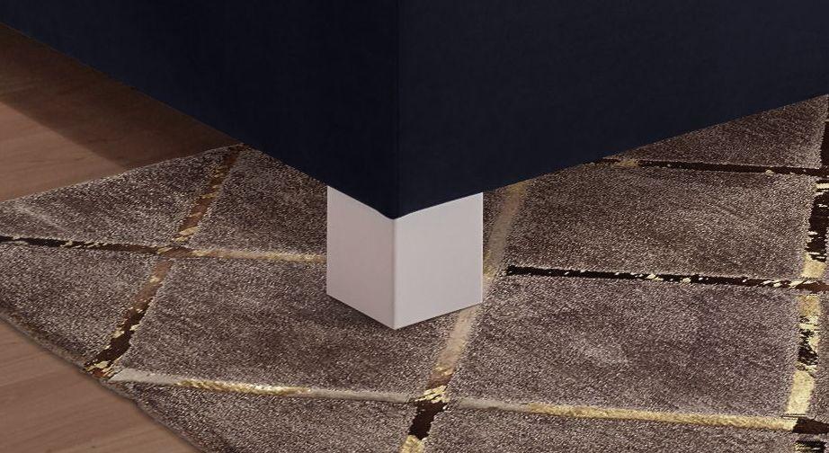 Boxspringbett Lela mit Füßen aus weißem Massivholz