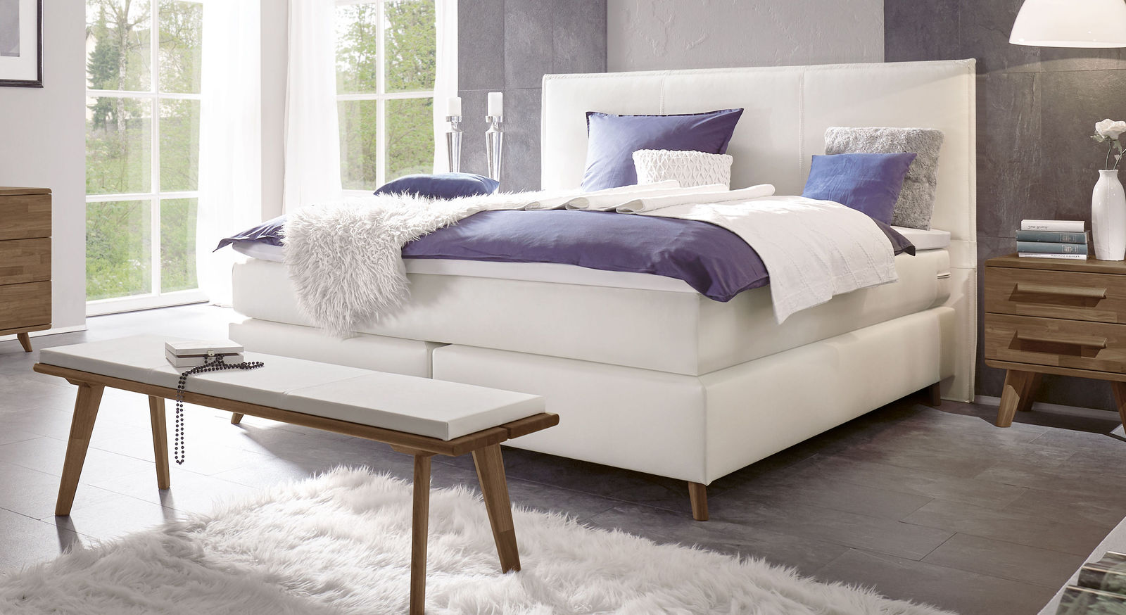 Boxspringbett Marum mit weißem Luxus-Kunstlederbezug