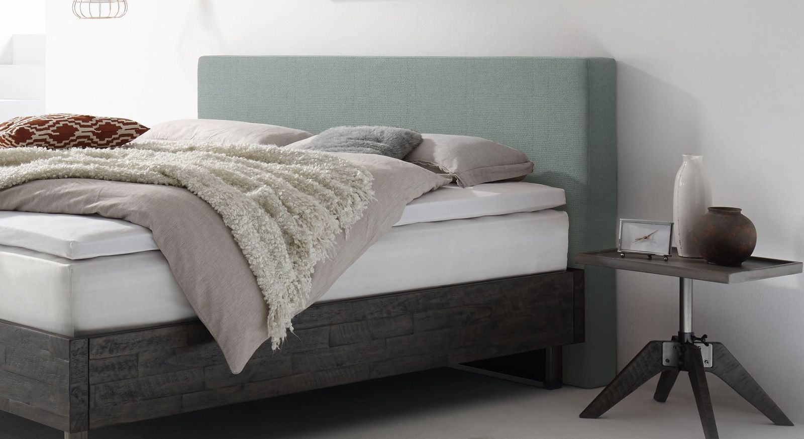 Stylisches Boxspringbett Mijas mit Wandpaneel