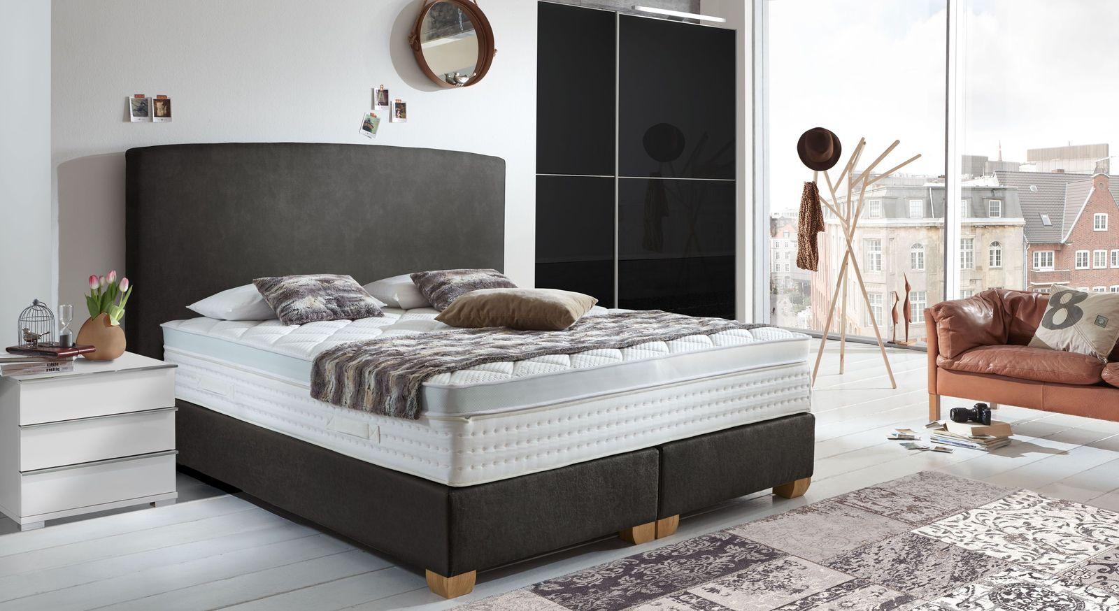 Schlafzimmer in Schwarz und Weiß mit Boxspringbett - Nottingham